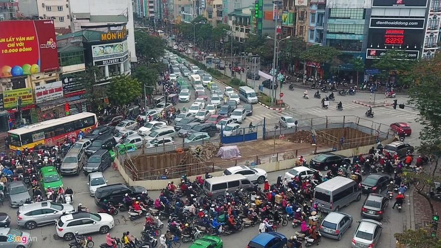 "Anh: Doan xe rong ran ""bo"" qua lo cot chan giua nga tu Ha Noi-Hinh-5"