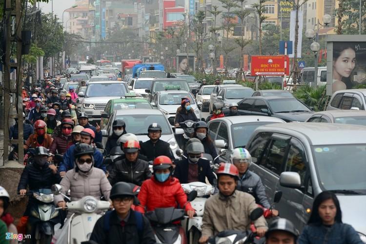 "Anh: Doan xe rong ran ""bo"" qua lo cot chan giua nga tu Ha Noi-Hinh-7"