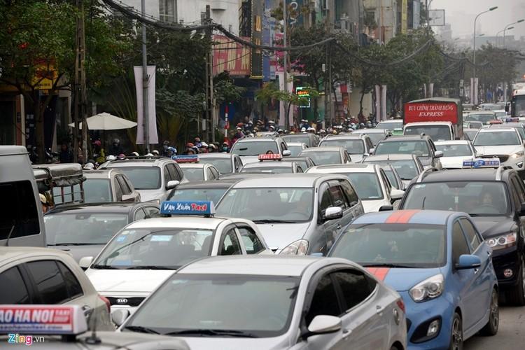 "Anh: Doan xe rong ran ""bo"" qua lo cot chan giua nga tu Ha Noi-Hinh-8"