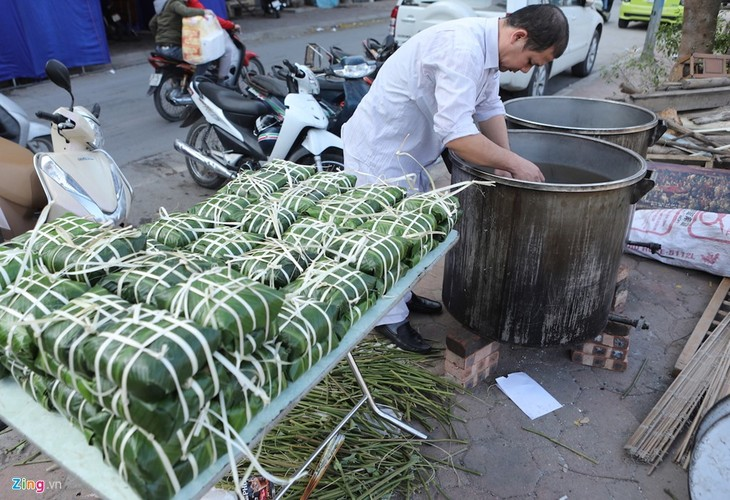 Dai gia dinh 70 nguoi bat lon, mo hoi goi banh chung don Tet-Hinh-16
