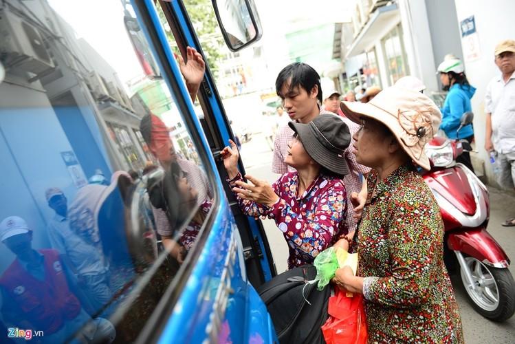 Anh: Benh nhan deo ong tro tho len xe 0 dong ve que an Tet-Hinh-10