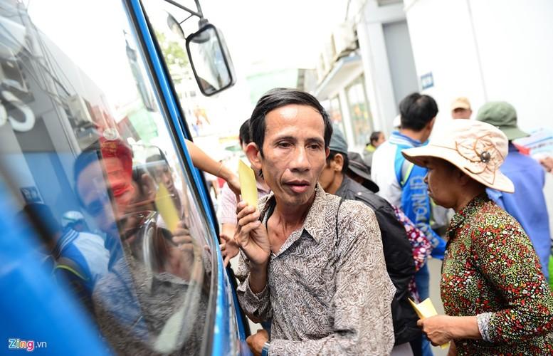 Anh: Benh nhan deo ong tro tho len xe 0 dong ve que an Tet-Hinh-11