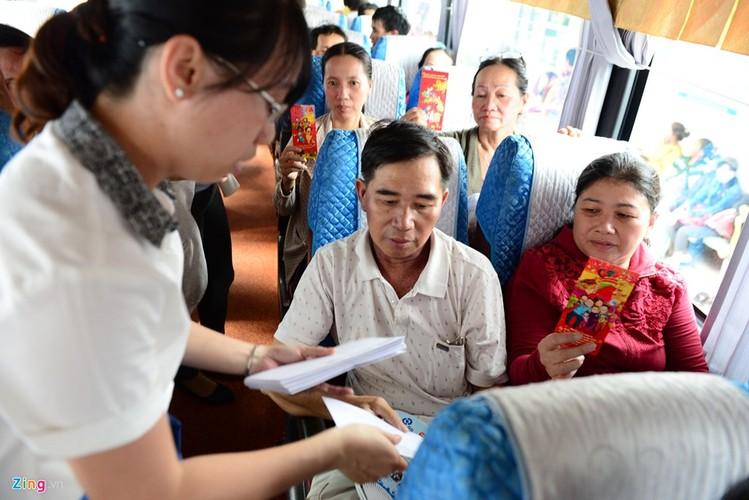 Anh: Benh nhan deo ong tro tho len xe 0 dong ve que an Tet-Hinh-12
