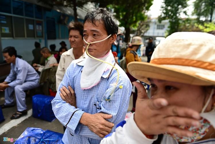 Anh: Benh nhan deo ong tro tho len xe 0 dong ve que an Tet-Hinh-2