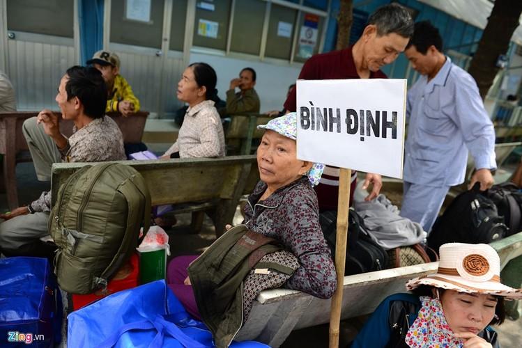 Anh: Benh nhan deo ong tro tho len xe 0 dong ve que an Tet-Hinh-8