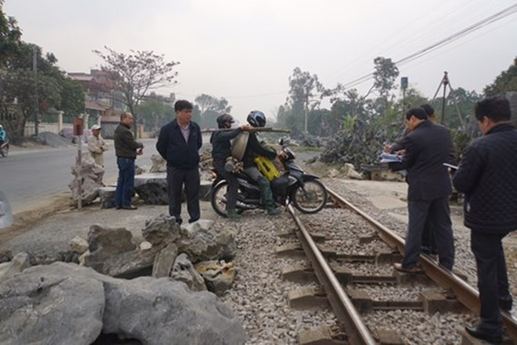 """Kinh hoang """"diem nong"""" duong sat tai Ha Nam-Hinh-2"""