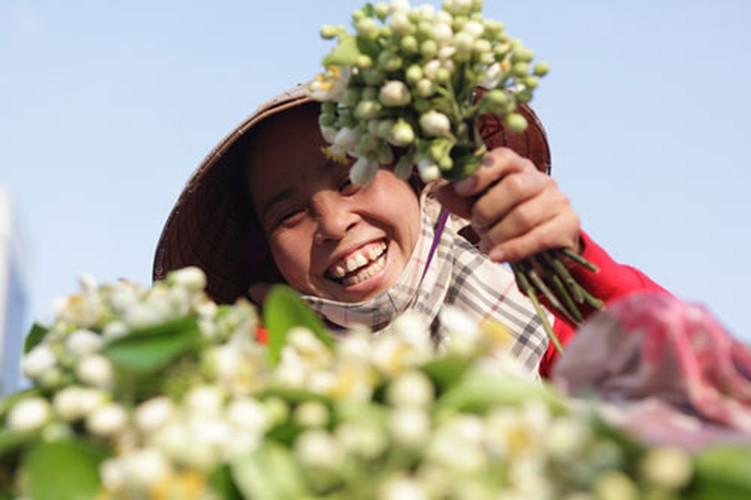 Anh: Mua hoa buoi diu dang xuong pho-Hinh-4