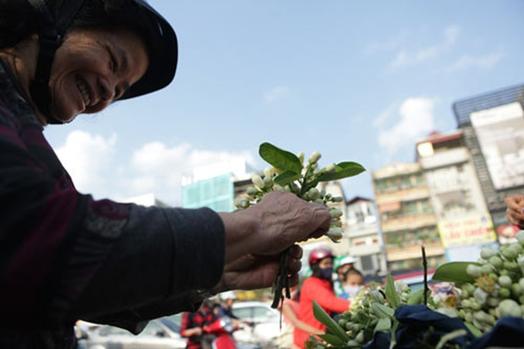 Anh: Mua hoa buoi diu dang xuong pho-Hinh-9