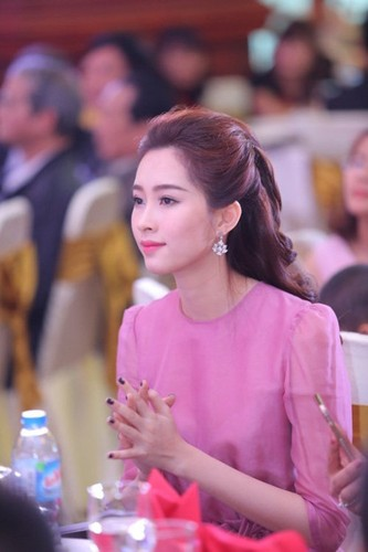 HH Dang Thu Thao dien do don gian van dep noi bat-Hinh-3