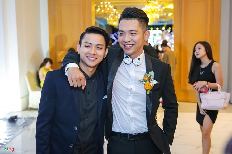 Hoai Lam tay trong tay ban gai du tiec cuoi Mai Quoc Viet-Hinh-3