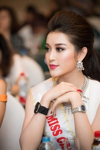 """Bi che thu dong, Huyen My khoe clip """"tam"""" voi Top 5 Miss Grand"""