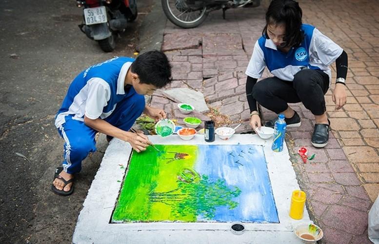 Sinh dong nhung buc tranh tren nap cong ban o Sai Gon-Hinh-2