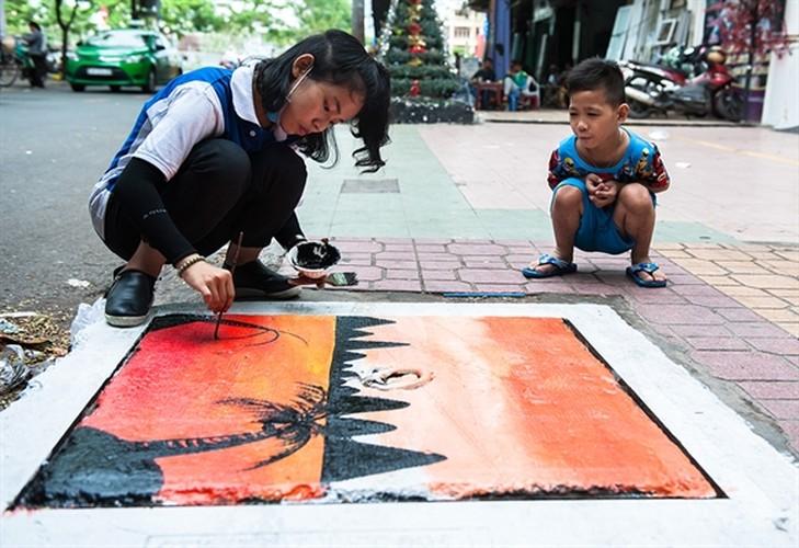 Sinh dong nhung buc tranh tren nap cong ban o Sai Gon-Hinh-6