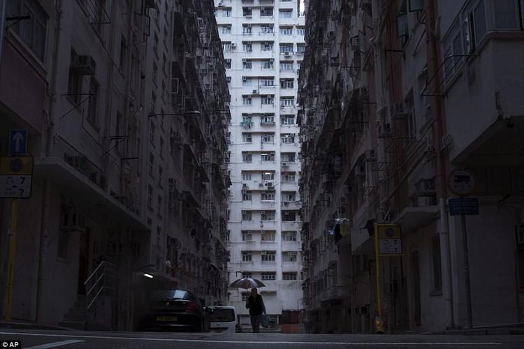 """Am anh """"can ho quan tai"""" trong khu o chuot Hong Kong"""
