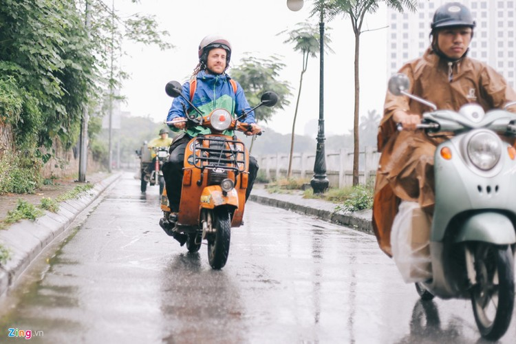 Chang trai di xe may tu Italy den Viet Nam trong 10 thang-Hinh-11
