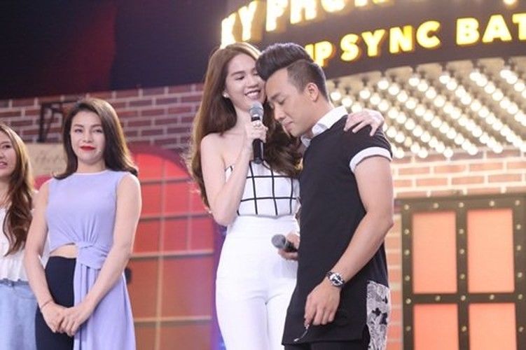 Tran Thanh bat ngo om chat Ngoc Trinh tren song truyen hinh-Hinh-3
