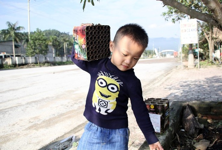 Anh: Xac phao do tham doc quoc lo 8A sang mung 1 Tet-Hinh-4