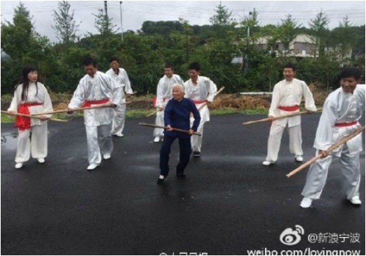 90 nam luyen vo, cu ba khien trai trang phat hon-Hinh-4