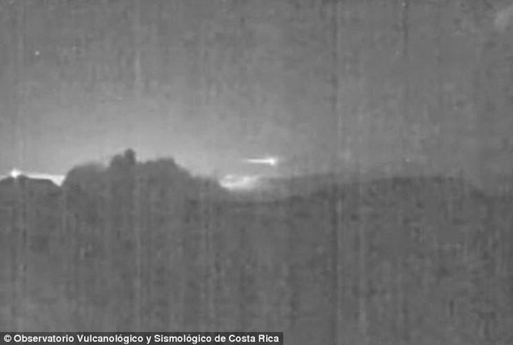 Can canh thien thach bang ngang nui lua o Costa Rica-Hinh-3