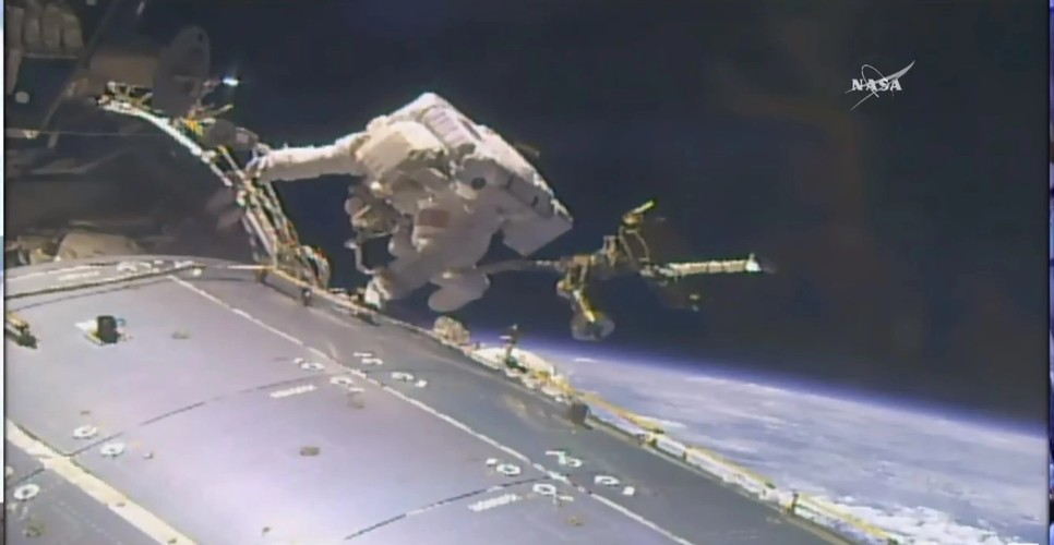 Su thuc thu vi ve chuyen di bo ngoai khong gian qua anh NASA-Hinh-3