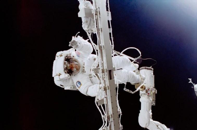 Su thuc thu vi ve chuyen di bo ngoai khong gian qua anh NASA-Hinh-7