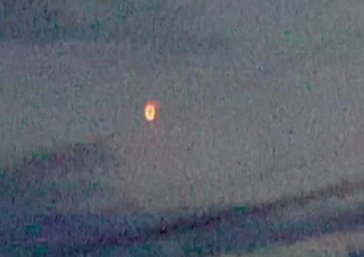 Vat the nghi UFO hinh ngon den xuat hien o Canada