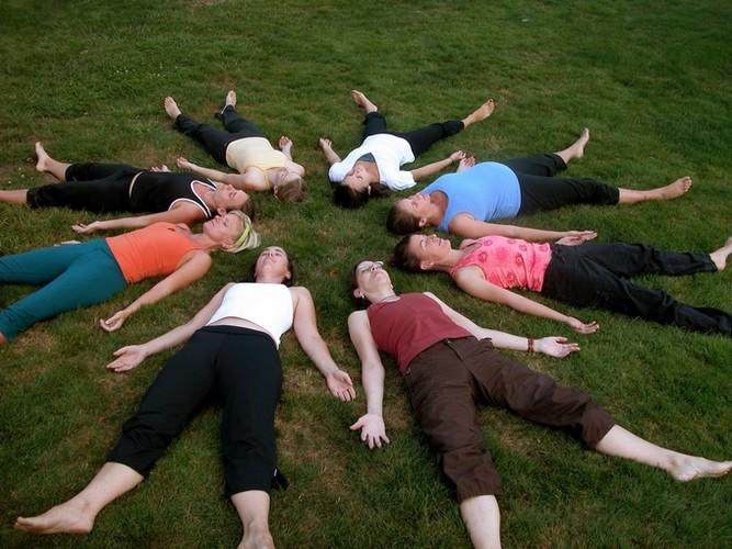 6 tu the yoga tri dau moi lung cho nguoi ngoi lau-Hinh-12
