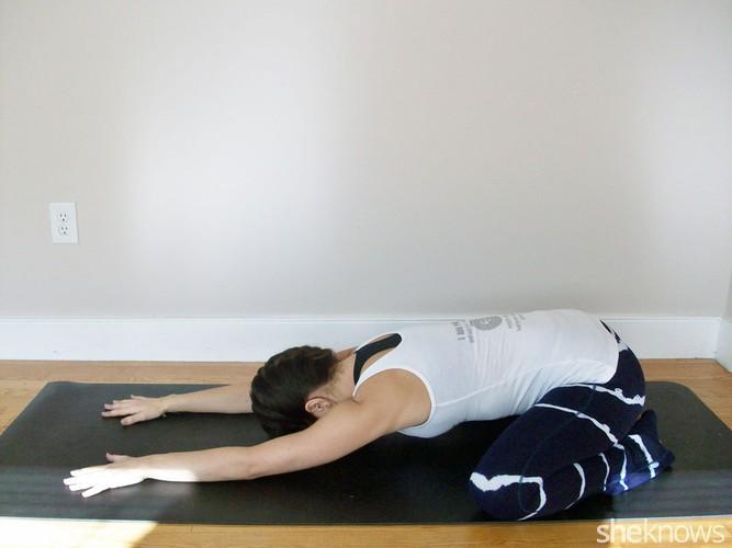 6 tu the yoga tri dau moi lung cho nguoi ngoi lau-Hinh-9