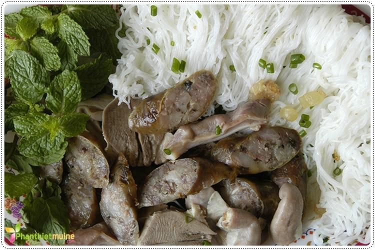 Ghe tham que huong Hoai Linh thuong thuc 7 mon ngon het y-Hinh-11