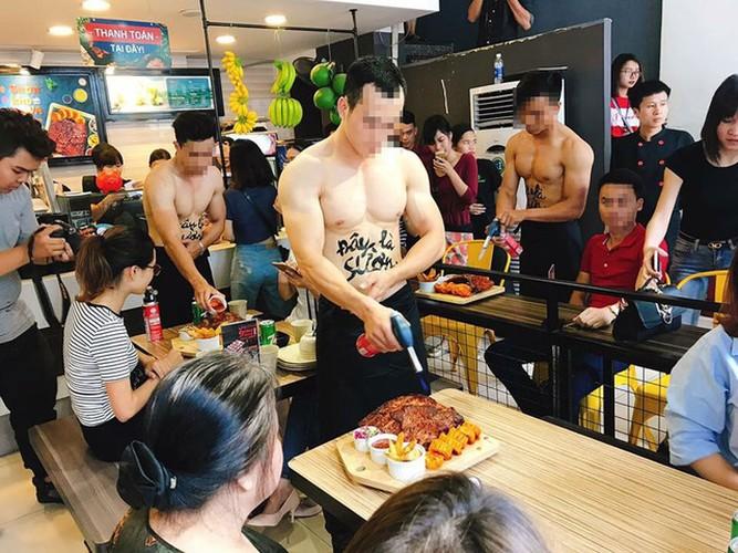 Nha hang Ha Noi dua cau khach bang trai dep, co bap cuon cuon-Hinh-2