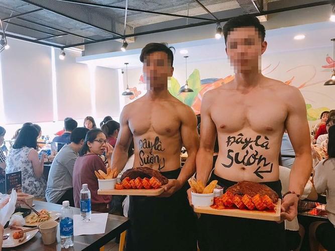 Nha hang Ha Noi dua cau khach bang trai dep, co bap cuon cuon