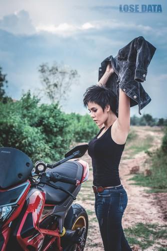 "Chan dai Viet do dang ""sieu ngau"" ben moto Ducati Hypermotard-Hinh-3"