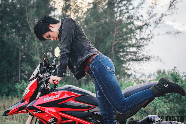 "Chan dai Viet do dang ""sieu ngau"" ben moto Ducati Hypermotard-Hinh-4"