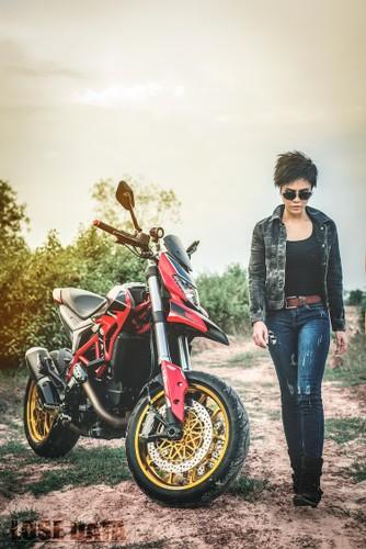 "Chan dai Viet do dang ""sieu ngau"" ben moto Ducati Hypermotard-Hinh-6"