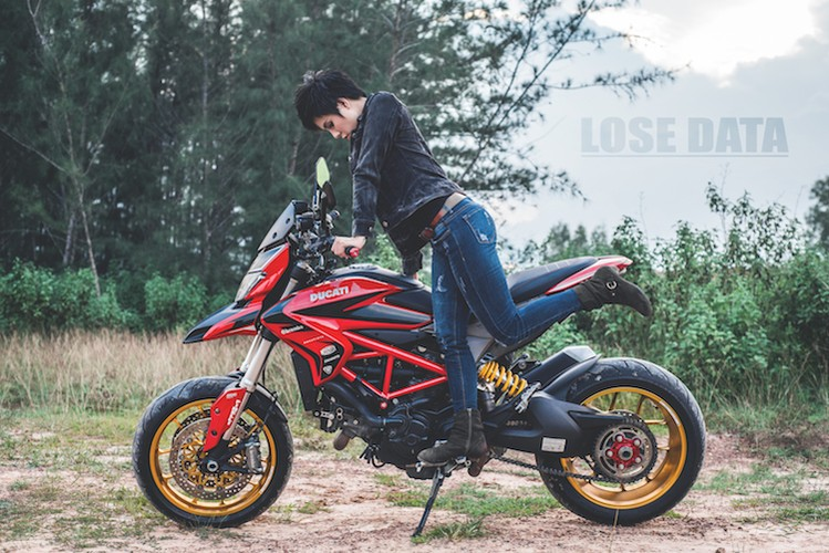 "Chan dai Viet do dang ""sieu ngau"" ben moto Ducati Hypermotard"