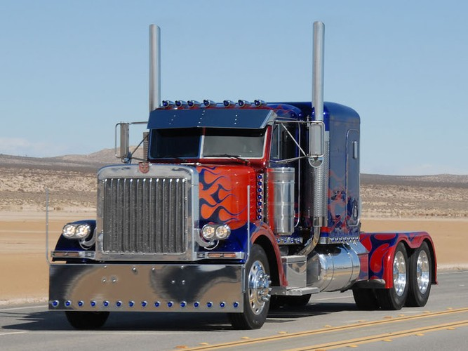 """Can canh """"sieu xe dau keo"""" Optimus trong Transformers"""