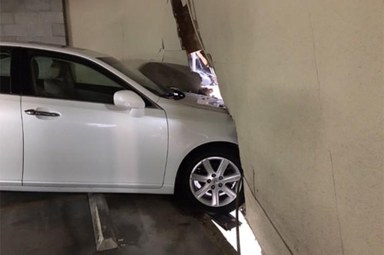 Nu tai xe lai xe sang Lexus dam thung nha cao tang-Hinh-2