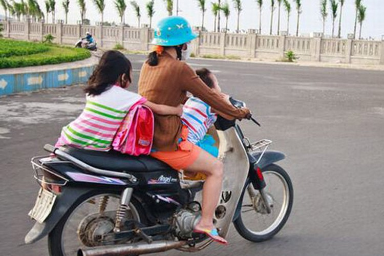 "Xem nguoi Viet ""lam xiec"" voi xe may tren pho-Hinh-2"