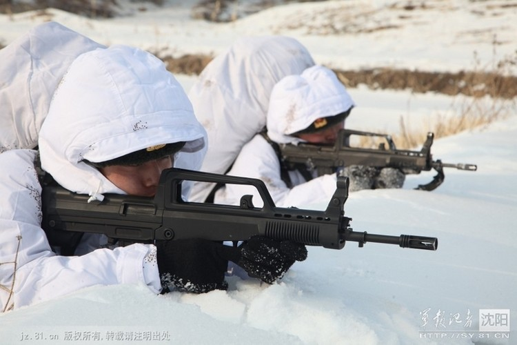 Ngac nhien Quan doi Trung Quoc van dung xe tang co-Hinh-5