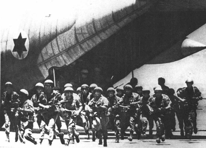 máy bay của Israel hạ cánh xuống sân bay Entebbe