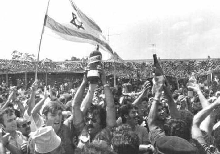 Người dân Do Thái ăn mừng sau khi chiến dịch giải cứu thành công.