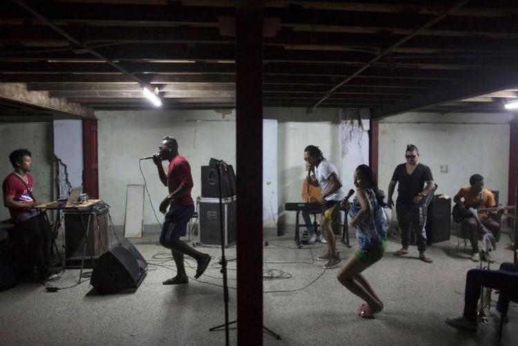 Gioi tre Cuba qua ong kinh phong vien Reuters