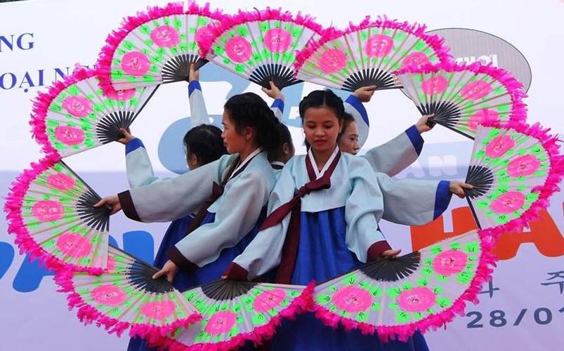 Ngam nu sinh Da Nang  xinh dep trong trang phuc Hanbok-Hinh-3