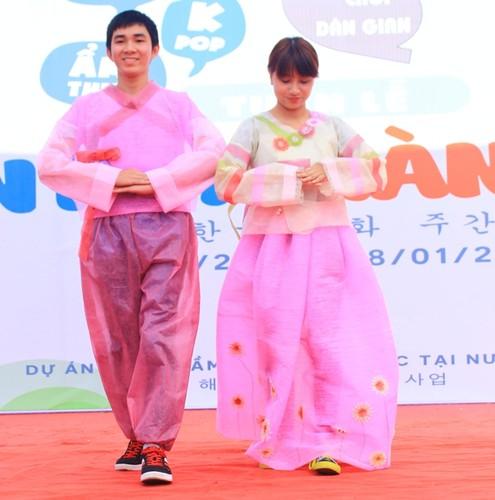 Ngam nu sinh Da Nang  xinh dep trong trang phuc Hanbok-Hinh-9