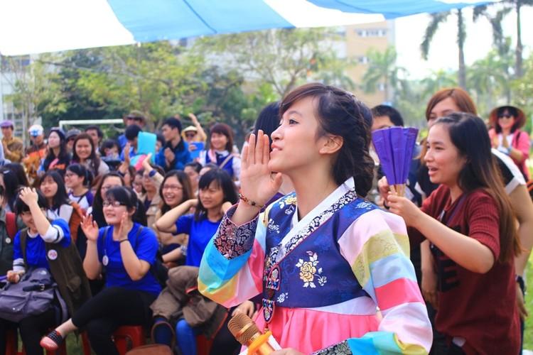 Ngam nu sinh Da Nang  xinh dep trong trang phuc Hanbok