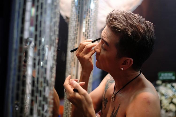 Hau truong tat bat trong liveshow 12 ty cua Dam Vinh Hung-Hinh-5