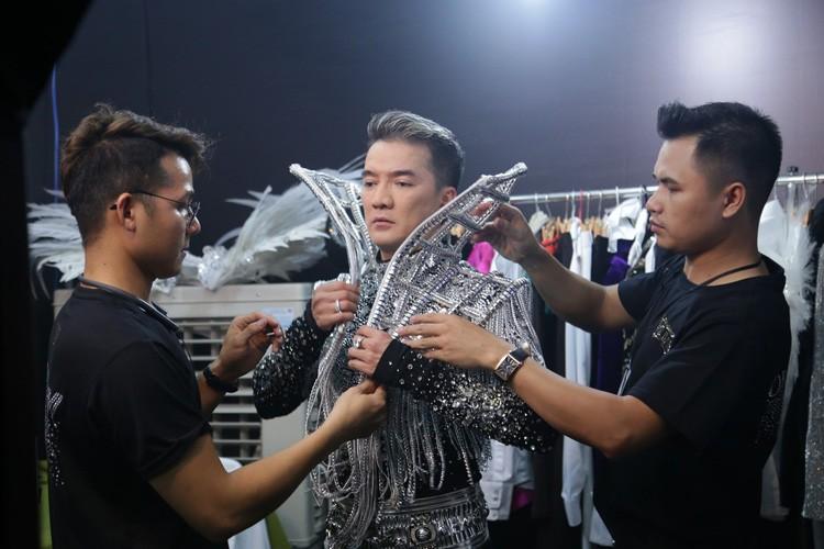 Hau truong tat bat trong liveshow 12 ty cua Dam Vinh Hung