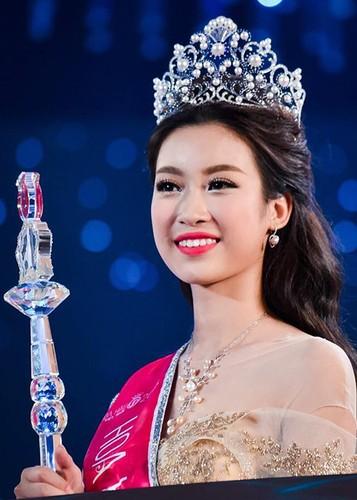 Hoa hau Do My Linh tre trung hon voi kieu toc moi-Hinh-10