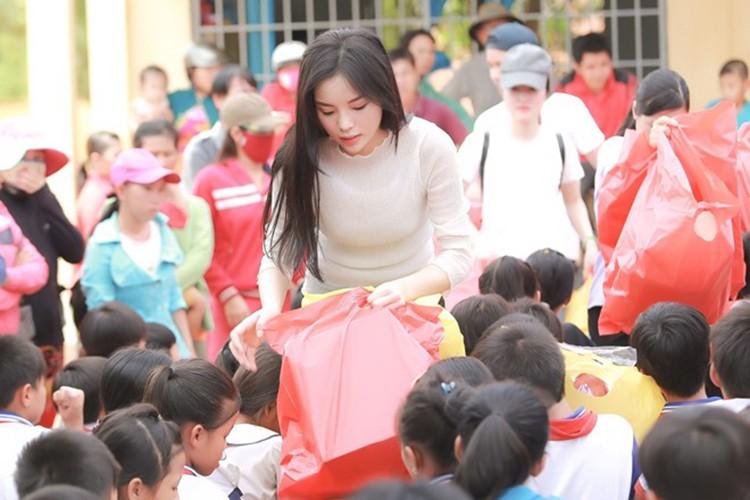 HH Ky Duyen tro lai day manh me sau scandal hut thuoc-Hinh-5