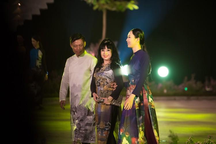 Loat nghe si gao coi dien ao dai trinh dien thoi trang-Hinh-4